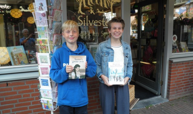 Matthijs van Roon met boek Anna's grote reis en Esmée van der Ploeg met Syntax van Bosselman. Foto Kees van Rongen