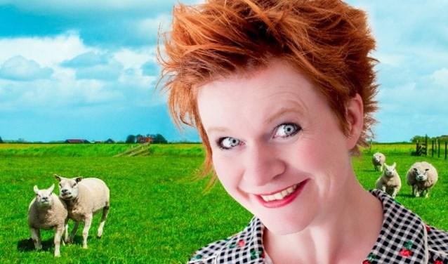Margriet Bolding presenteert een cabaretvoorstelling in een boerenschuur.