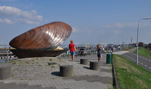 De grootste mosseltafel uit de Bruse geschiedenis komt hier: bij het havenplateau. 750 mensen kunnen daar genieten van een heerlijke mosselmaaltijd. FOTO: Anneke Flikweert