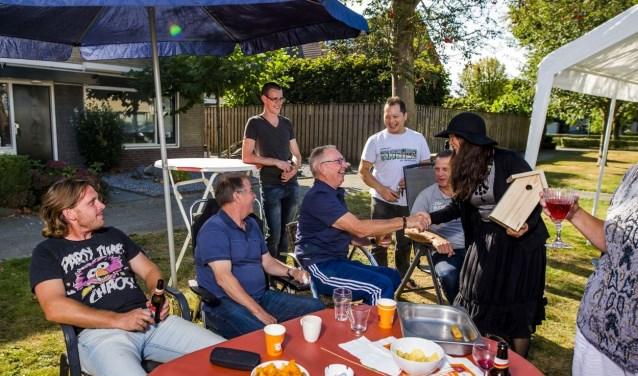 Een vriendschappelijk onderonsje met de buren maakt dingen bespreekbaar en kan tot mooie initiatieven leiden. FOTO: PR