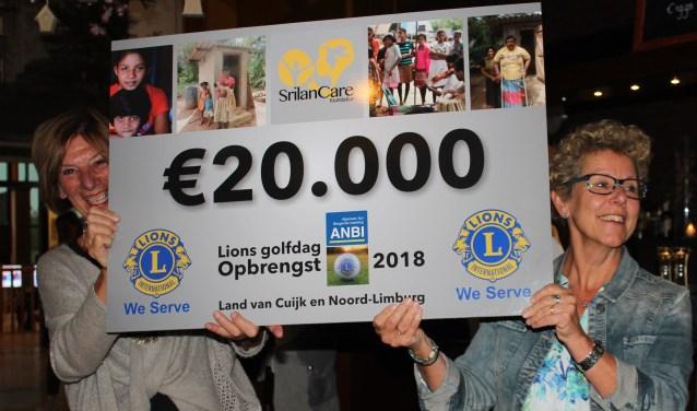 Riky van Zuijlen (links) en Trudy Lamers van SrilanCare zijn dolgelukkig met de cheque. (foto: persfoto)