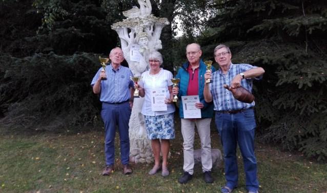 De Oranje-prijswinnaars in Wit-Rusland. Fred Ivens (r) met één van z'n twee bekers en een grote kruik met bier. (Foto: Theo van den Hoek)