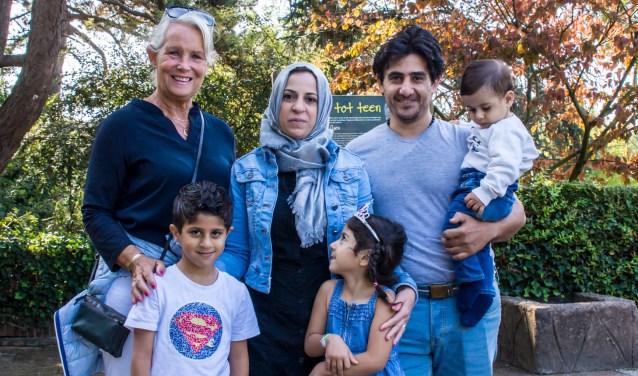Vrijwilliger Irene Ponsioen en het Syrische gezin dat zij begeleidt genieten van een dagje uit in Avifauna, aangeboden door Stichting Nieuwe Alphenaren.
