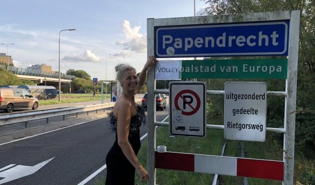 Één van de dames heeft in haar galajurk het bordje Korfbalhoofdstad van Europa omgedoopt tot Volleybalhoofdstad. (foto: Flits)