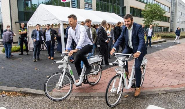 Wethouder van Sluis kwam op de fiets met Jeffrey Dost van Gobike naar het Informatiecentrum Rivium. Foto PR