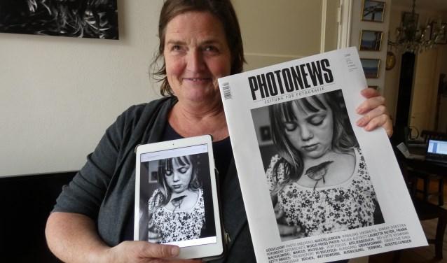 Carla Kogelman laat trots de foto zien die als cover voor het boek is uitgekozen. (Foto: Adriënne Nijssen)