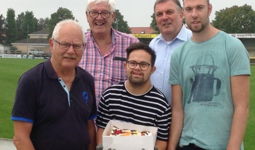 Arnold de Man (midden achter) met een kleine delegatie van vrijwilligers en cliënten. (Foto: Privé)