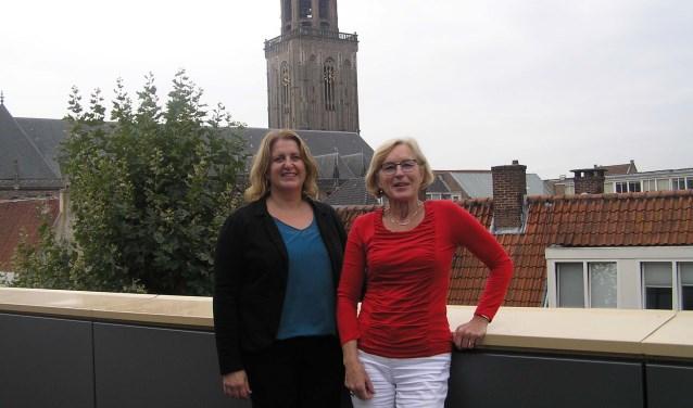 Karin Barth (l) en Ina Klaren op het mooiste dakterras van Deventer, die van de nieuwe bibliotheek. (foto Gerreke van den Bosch)