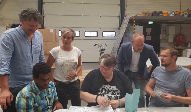 Marc Visschers, klantmanager Petra Zoer en Dennis Gudden in gesprek op het Werkpunt. (foto: Kees Stap)