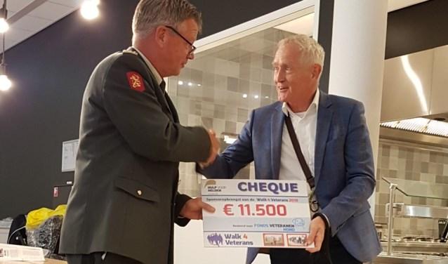 Kees de Rijke overhandigt de cheque aan Peter van Uhm. FOTO: Nelma Spa-Ridderbos
