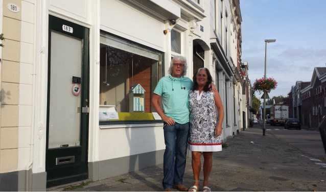 Wil en Rob Oosthof voor hun ijssalon waar de reclameletters Vlug IJs van hun pand aan de Hoofdstraat al verwijderd zijn. De oudste IJssalon van Schiedam sluit na 66 jaar de deur. (Foto: Frank Willemse)