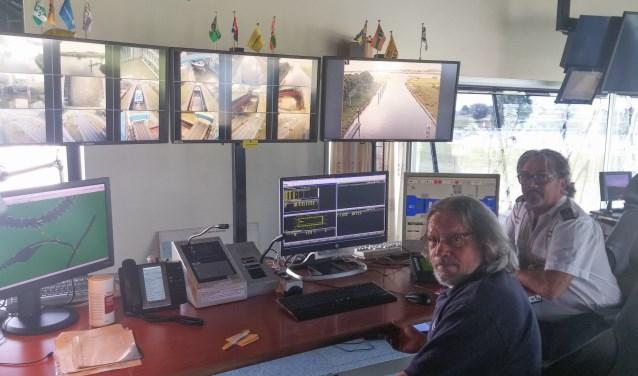 Op afstand bedienen operators Joop de Cocq en Patrick de Haas Sluis Sint Andries, geholpen door achttien verschillende camerabeelden.