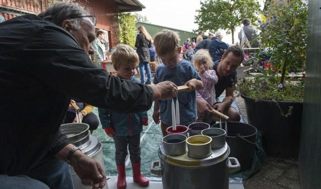 Tijdens de appelplukdag bij landwinkel De Woerdt in Ressen kunnen kinderen kaarsen maken en dat doen ze graag. (foto: Ellen Koelewijn)