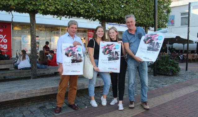 V.n.l.r.: Fred van der Horst, Julia Bel, Maud Nieuwenhuis en Evert Draaier zorgen voor nog meer extra sfeer tijdens de Almelo Allee