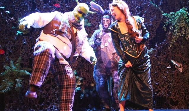 Scènefoto van Shrek, Fiona en Ezel uit 'Shrek, de musical'. De musical heeft zeven nominaties voor de Amateur Musical Awards 2018 in de wacht gesleept. Foto: Eric Meuffels Theaterfotografie