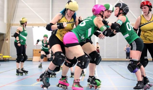 Amber Marijs (met de roze helm) hoopt dat Roller Derby bekender wordt (foto: brankocollinrollerderbyphotos)