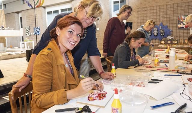 Katrien Deklerck uit België volgt de workshop van Klaske van Couverden, die meekijkt.