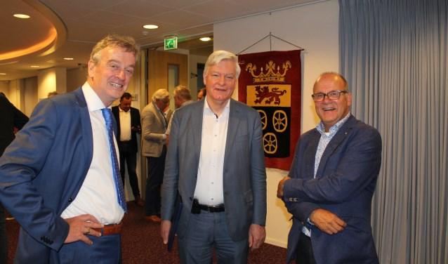 V.l.n.r.: Kees Noorloos naast Fons Naterop en Erik Janse de Jonge, respectievelijk de huidige en de vorige burgemeester.