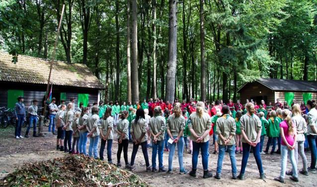 Gezamelijk openen met alle speltakken op het middenterrein van Scouting Bennekom. (foto: Wouter Graumans)