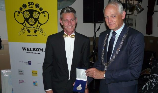 Burgemeester Cor Lamers bracht voorzitter Edwin Lansbergen en de feestvierende leden de koninklijke erepenning,  (Foto: Persgroep/gsv)