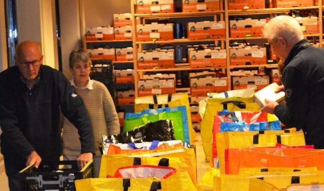 Het inpakken van voedsel voor de Voedselbank. (foto: PR)
