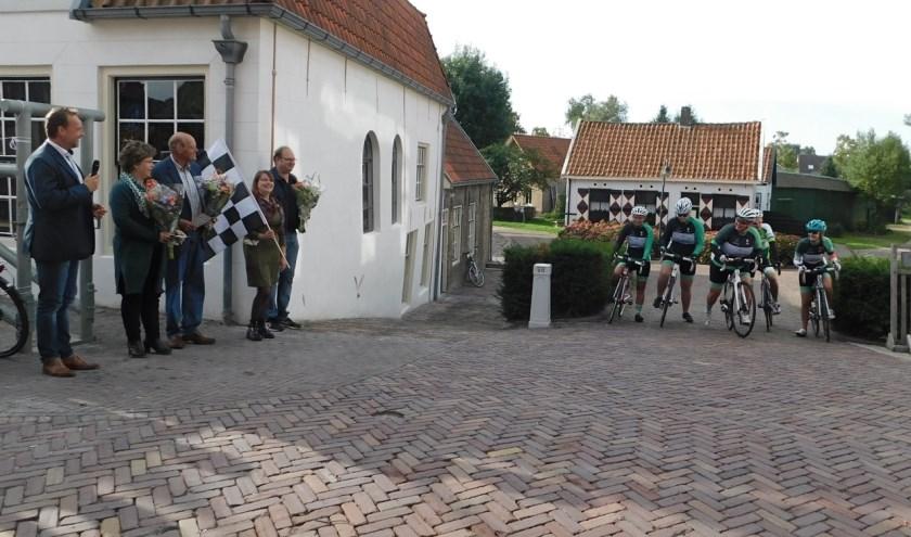 Wethouder Leon van Noort, van Binnenmaas stuurde een aantal vrouwelijke leden van de'Hoekse Renners' zaterdag op weg voor het op de racefiets afleggen van de Napoleonroute. (Foto: Arie Pieters)
