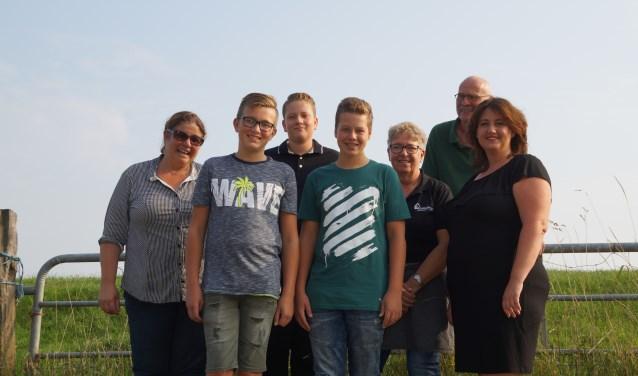 De jeugdleden samen met enkele leden van de dorpsraad van Poederoijen.