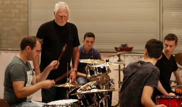 Cesar Zuiderwijk, drummer van de Golden Earring, verzorgde zaterdag een workshop in gemeenschapshuis De Meent. Foto: Jurgen van Hoof