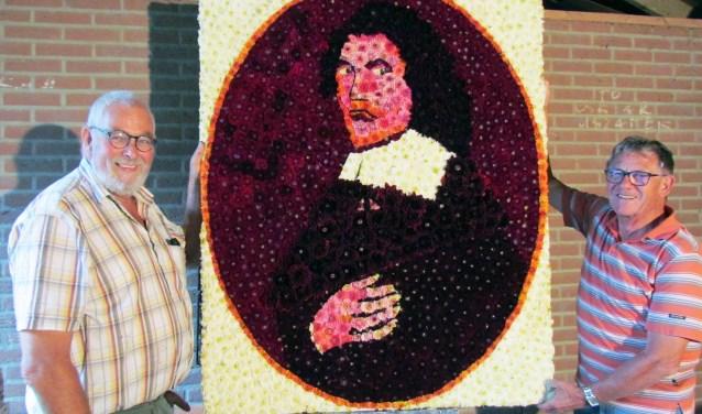 Chris Blaauboer (links) en Bertus Antvelink poseren met hun Sluiterkunstwerk in dahlia's.