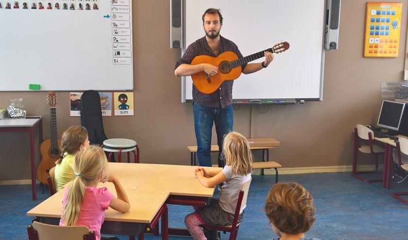 Meester Jur geeft muziekles aan groep 3