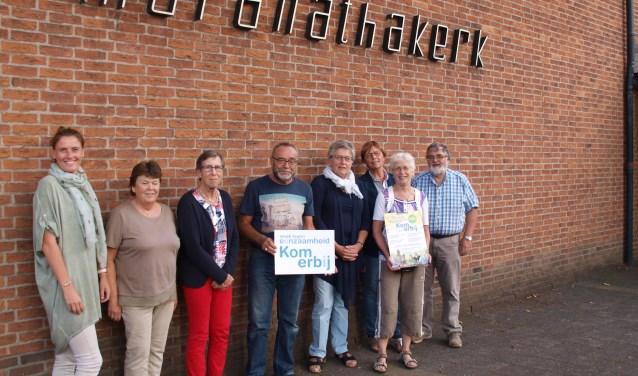 Een deel van de ruim 50 vrijwilligers die helpen bij de activiteiten voor ouderen tijdens de 'Week van de Eenzaamheid'