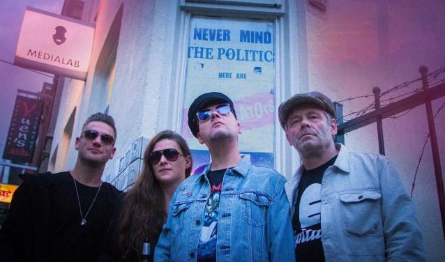 Rob Eeftink, Jasmijn Kollner, Tim Blaauwbroek en Robert 'Nobo' Pilage vormen samen de punkrapband ZOEG'N. In oktober geven ze een dubbelconcert in café De Beiaard. Foto: Annebel Bunt
