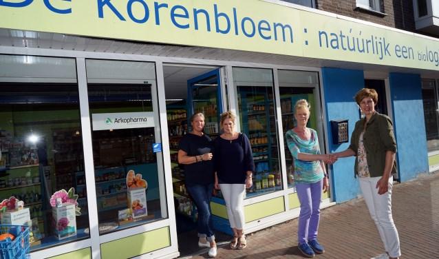 Marga Peters wenst haar opvolgster veel succes. Katja en Susan (in deuropening) blijven vertrouwde gezichten. (foto: Tom Oosthout)