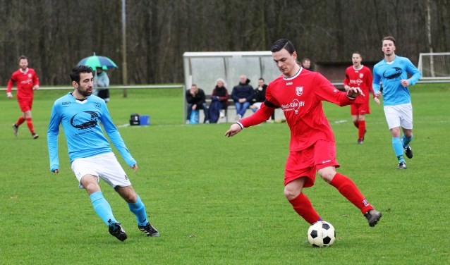 Archieffoto uit een duel van FC Drunen (in rood shirt). De Drunenaren willen de opmars die in maart is ingezet verder doorzetten. Zondag werd knap met 1-0 van HHC'09 gewonnen. Foto: Wout Pluijmert