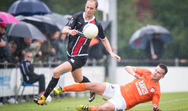 Jeroen van Schoonhoven wordt fors aangepakt door TEC-verdediger Migiel Zeller. (Foto: Erich Snijder)