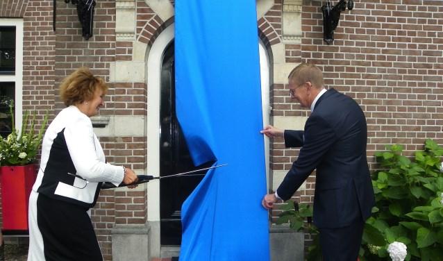 Burgemeester Liesbeth Spies, samen met notaris Wolterink, had een flinke klus aan het doorknippen van het lint. FOTO: Morvenna Goudkade