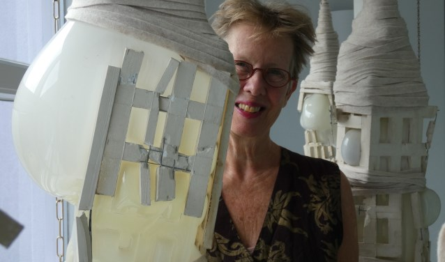 Krijnie Beyen bij een van de werken van Marianne Lammersen (Foto: Adriënne Nijssen)