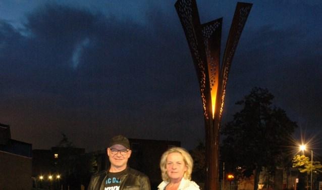 Carlo Lucas en Alice Blokland voor hun zelf ontworpen Scheldeplein Schemerlamp. Ze zijn er trots op en blij mee. (foto: privébezit Alice Blokland)