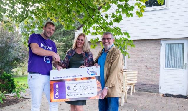 Overhandiging van de cheque aan Braamhuis. V.l.n.r Edwin den Heijer, Christa Veraart, Arend Timmerman.