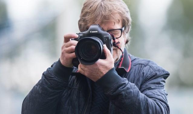 Wim Brouwers in actie zoals vele hem kennen.Met de fotocamera in aanslag. Om weer een pracht van een plaat te maken. (Foto: Erich Snijder)