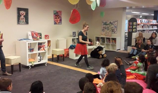 De kinderen van de VoorleesExpress en van Spel aan Huis en hun ouders genoten in de Bibliotheek Nieuwe Nobelaer van een heel leuk interactief verhaal en deden enthousiast mee met de medewerkers van de bieb.