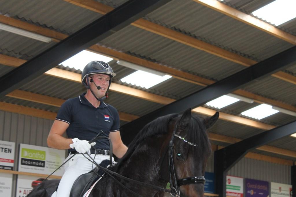 Internationaal Grand Prix dressuurruiter Jean-René Luijmes gaf vanaf zijn paard met behulp van een head-set uitleg over zijn dressuurdemo.