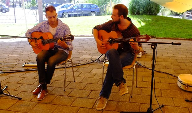 Gitaristen Alessio Roodes (links) en Jur Vermijs (rechts).