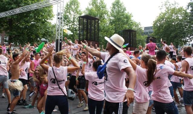 Introstudenten van de Fontys Sporthogeschool doen een dansje op het Stratumseind.