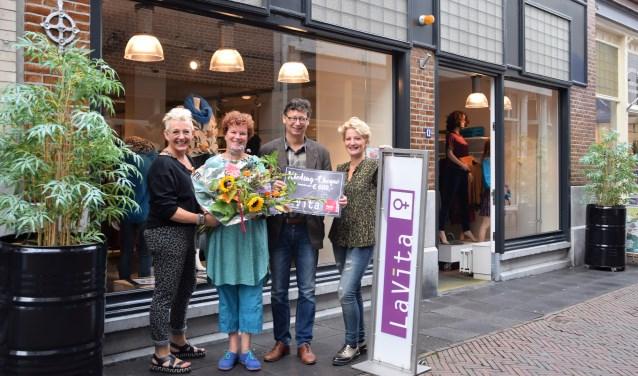 Jeanine en Etienne Blokker (in het midden van de foto) ontvangen een shoptegoed van 600 euro, uit handen van Annet en Jose Gerritsen. Bloemen aangeboden door Meeuwsen Bloemen. (Foto: Janet Kooren)