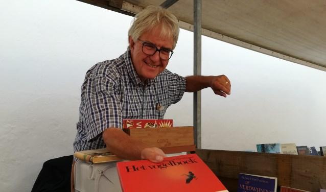 Boekverkoper Gert Sleeuwenhoek doet goede zaken op de boekenmarkt, de eerste zonder Piet Driessen. (foto: Hannie Schrijver)