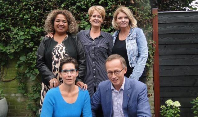 Staand v.l.n.r.: Francien Wenno, Karin Eijlander en Karin van de Kamp. Voor: Nanda van der Zande en Fons Vermeulen