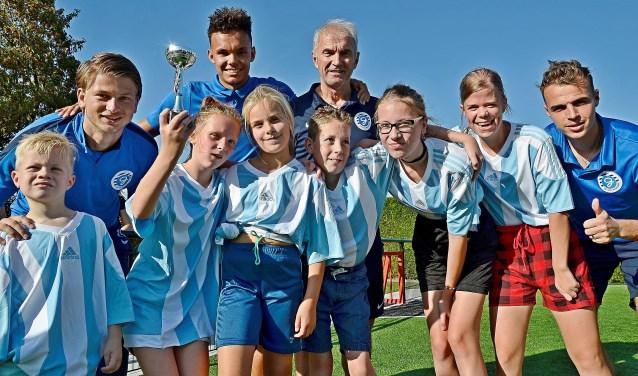 De kinderen uit het Driestroomhuis in Babberich winnen de voetbalwedstrijd met selectiespelers van De Graafschap (foto: Ab Hendriks)