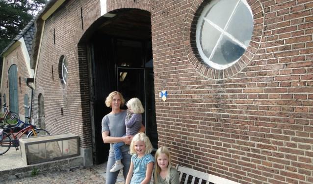 Van links naar rechts: Mirthe, Renske, Veerle en moeder Maaike bij boerderij de Bolman In Epse.