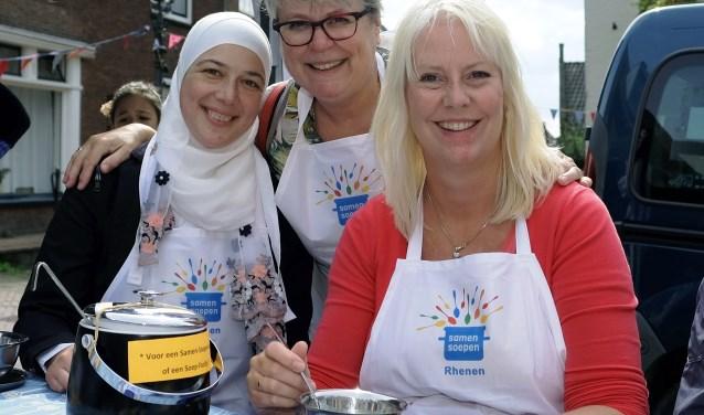 vlnr. Mays Alhalabi, Lea Kessels en Carolien van Ginkel deelden honderdvijfenzestig koppen soep uit verschillende landen uit tijdens het straatfestival Kleurrijk Rhenen 2018. (Foto: Max Timons)